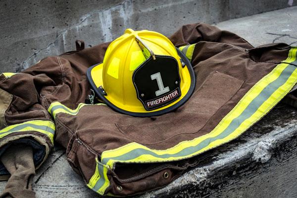 Dpi antincendio - Casacca e casco di vigile del fuoco
